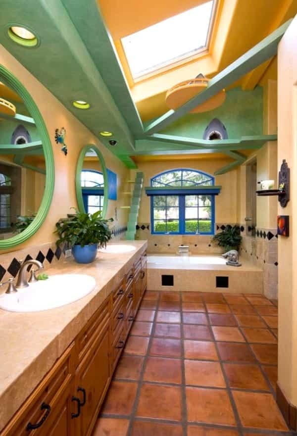 casa reformada para catorce gatos - pasarelas en el baño