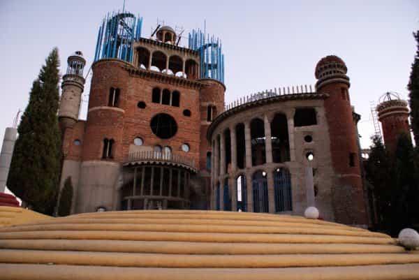 Fachada de la catedral hecha con materiales reciclados