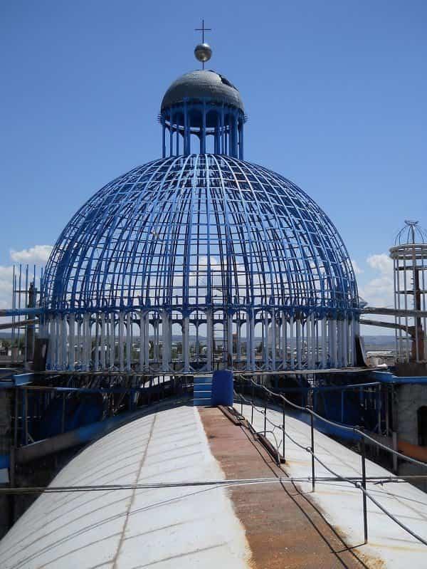 Parte superior de la catedral hecha con materiales reciclados