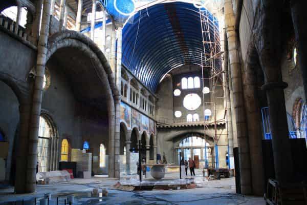 Interior de la Catedral hecha con materiales reciclados