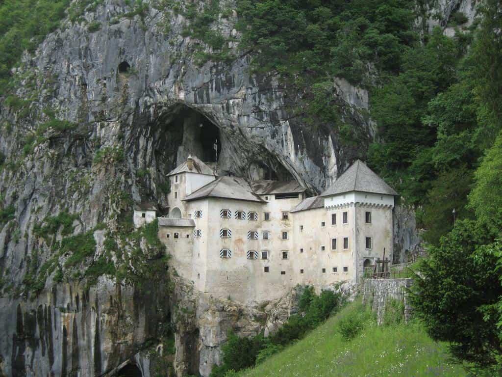 Edificios increíbles - Castillo en una cueva