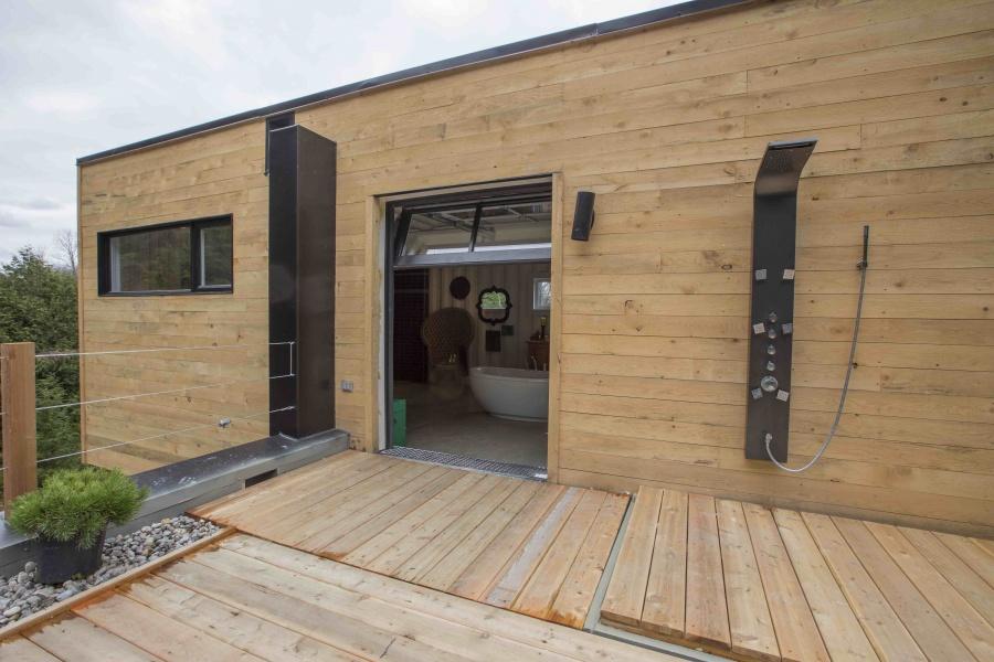 mansión con contenedores de mercancías fachada forrada de madera