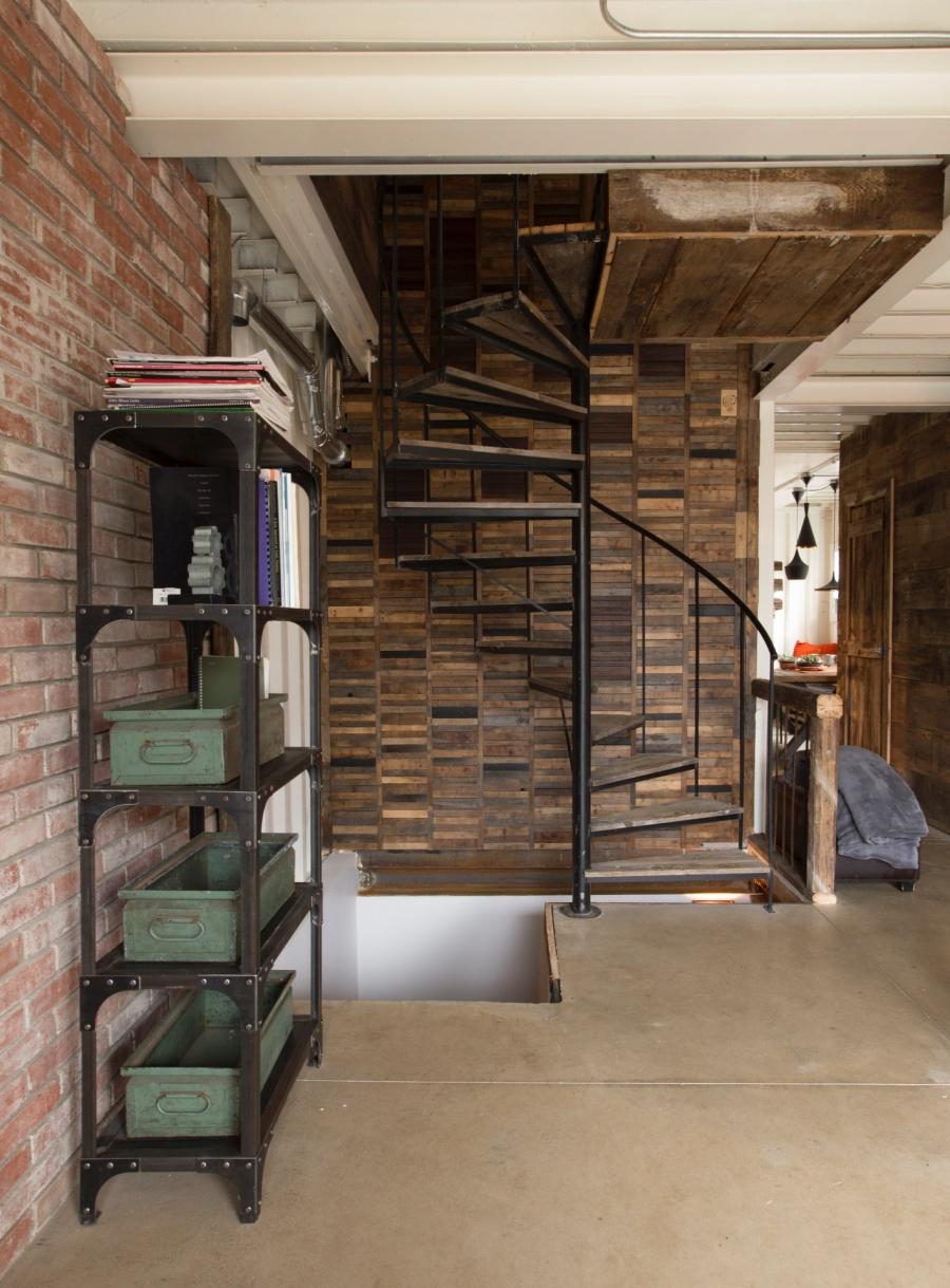 mansión con contenedores de mercancías - escalera de caracol
