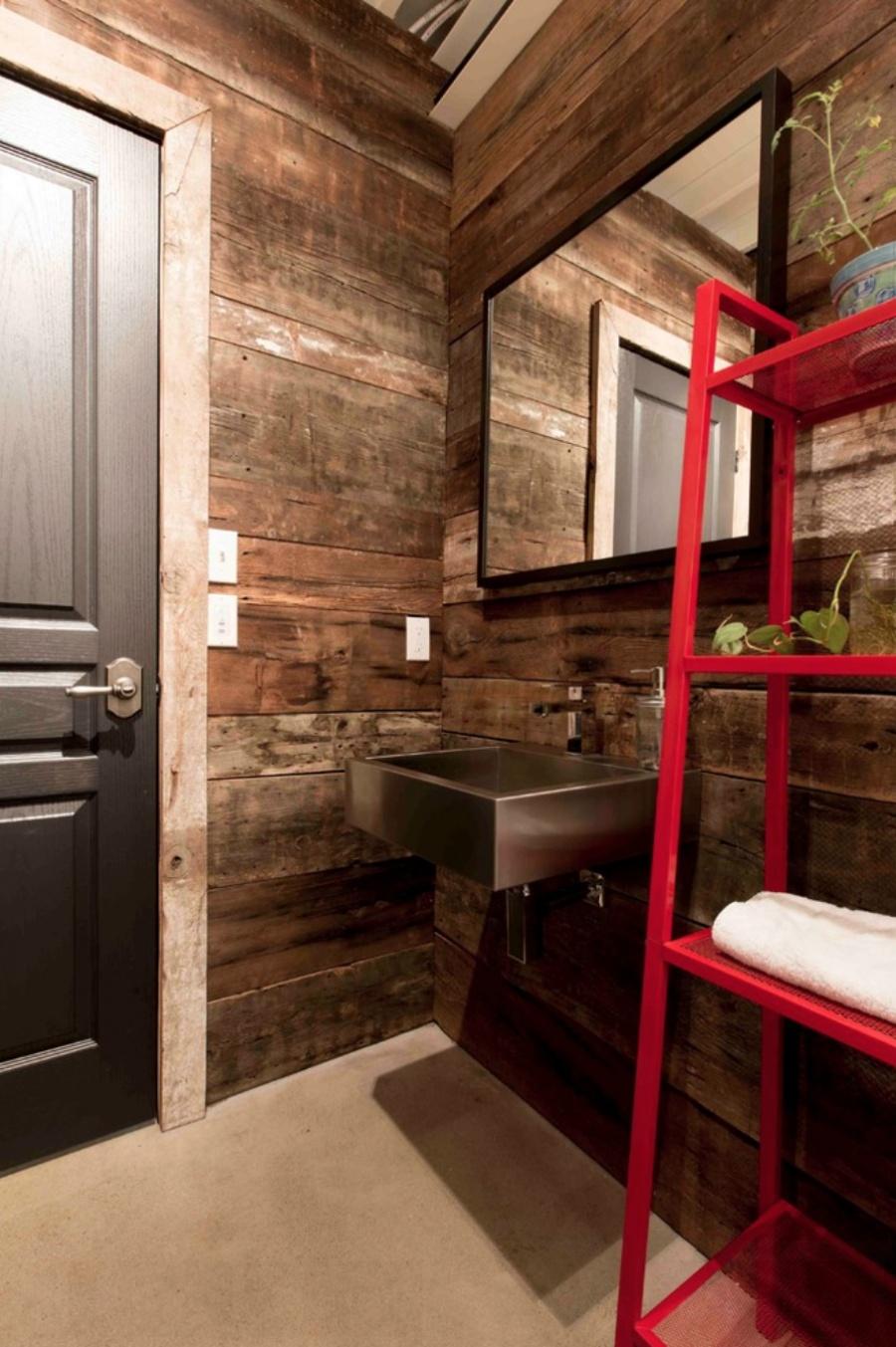 mansión con contenedores de mercancías - baño forrado de madera