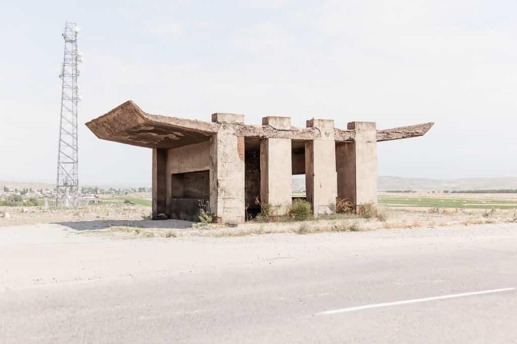 Arquitectura soviética parada de autobús - Armenia