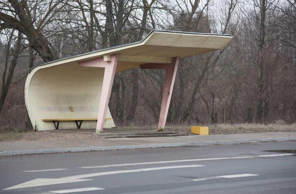 Arquitectura soviética parada de autobús - Lituania