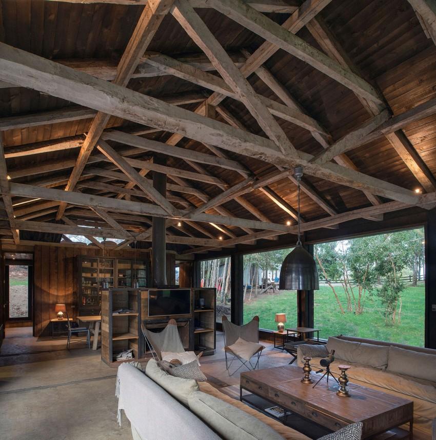 refugio rústico a partir de un granero techo de madera