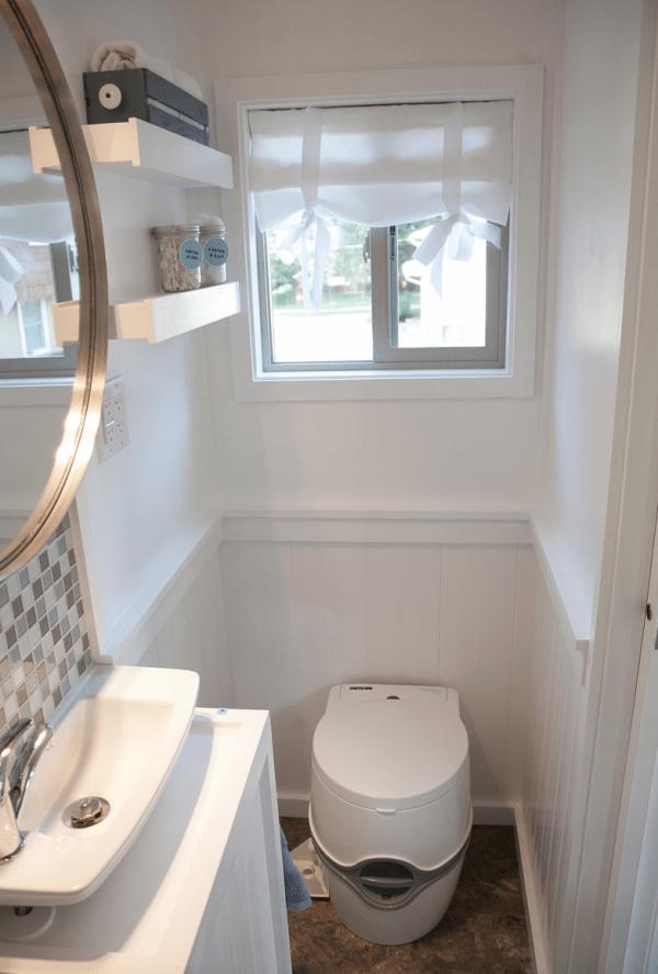 Casa pequeña - vista general del baño