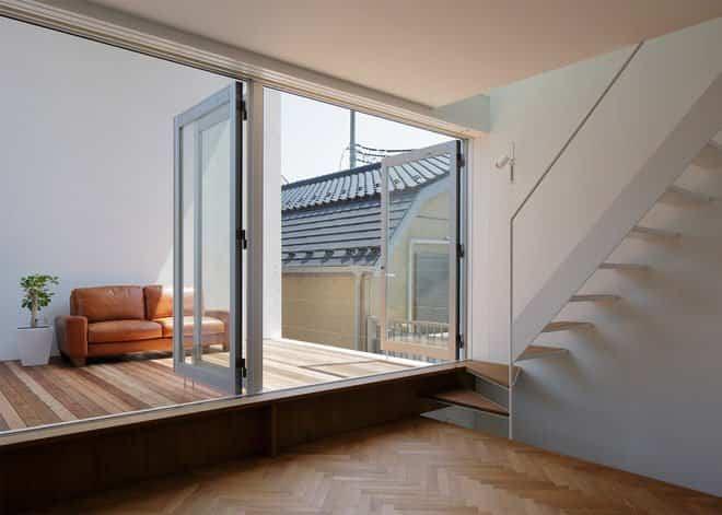 Casa minimalista japonesa - ventanas para llegar a la terraza