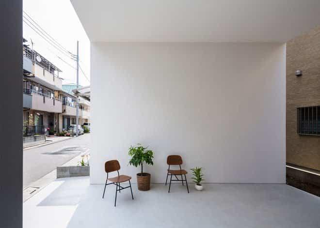 Casa minimalista japonesa entrada a la vivienda