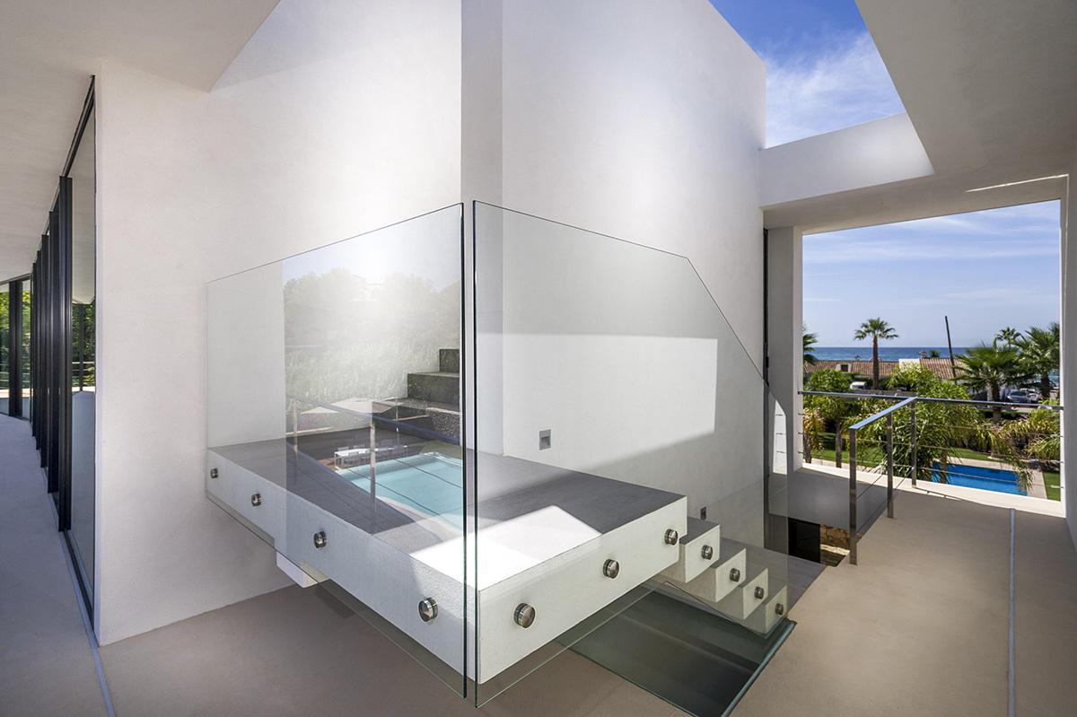 Casa moderna a orillas del Mediterráneo escaleras minimalistas