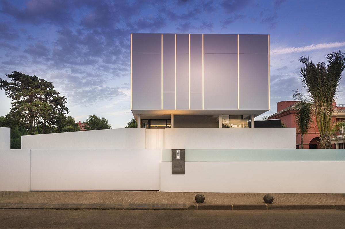 Casa moderna a orillas del Mediterráneo con luces led en la fachada