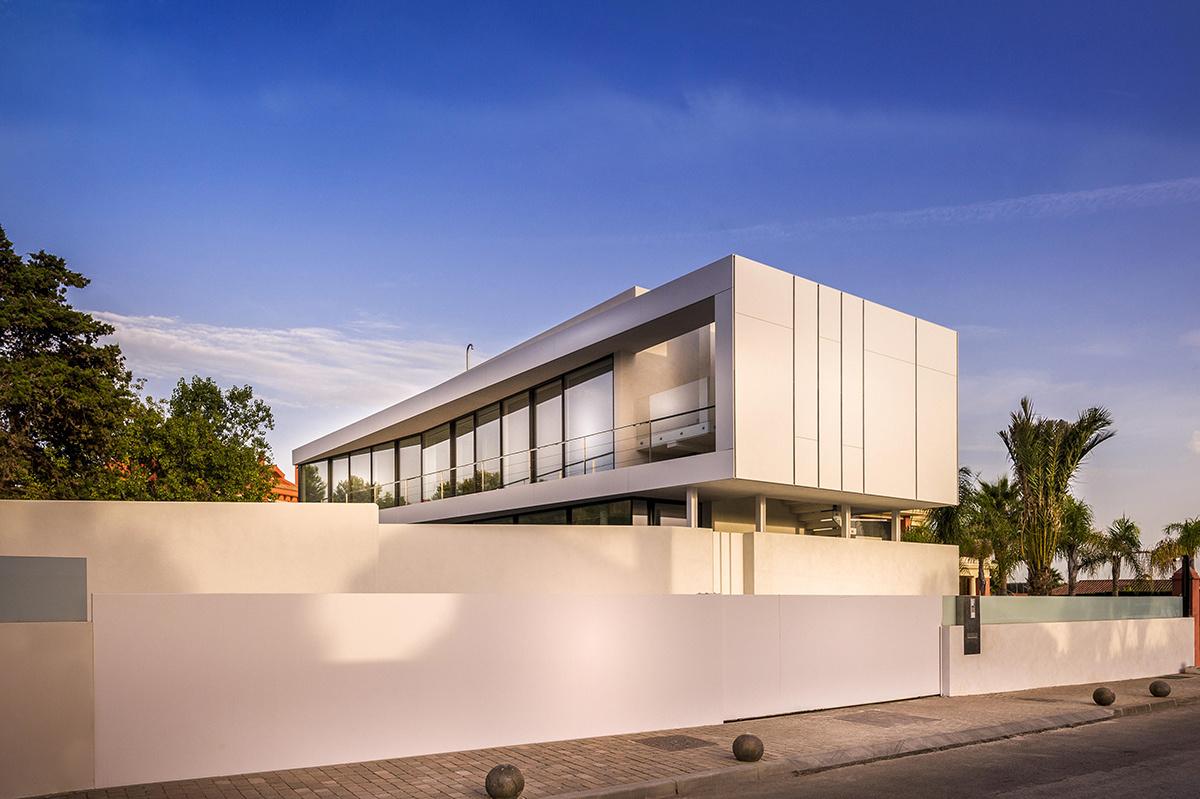 Casa moderna a orillas del Mediterráneo con puerta de acceso personalizada
