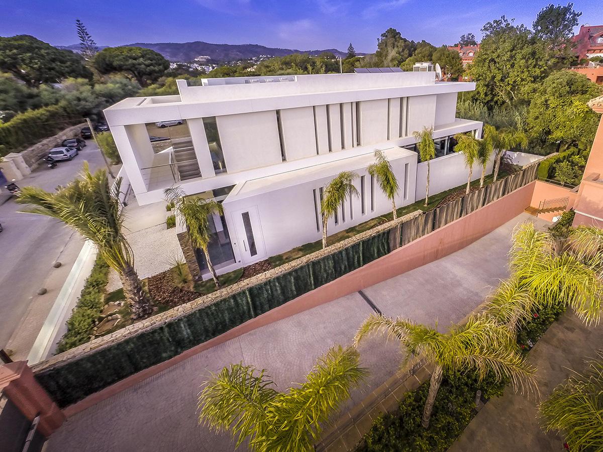 Casa moderna a orillas del Mediterráneo con altas ventanas en los lados