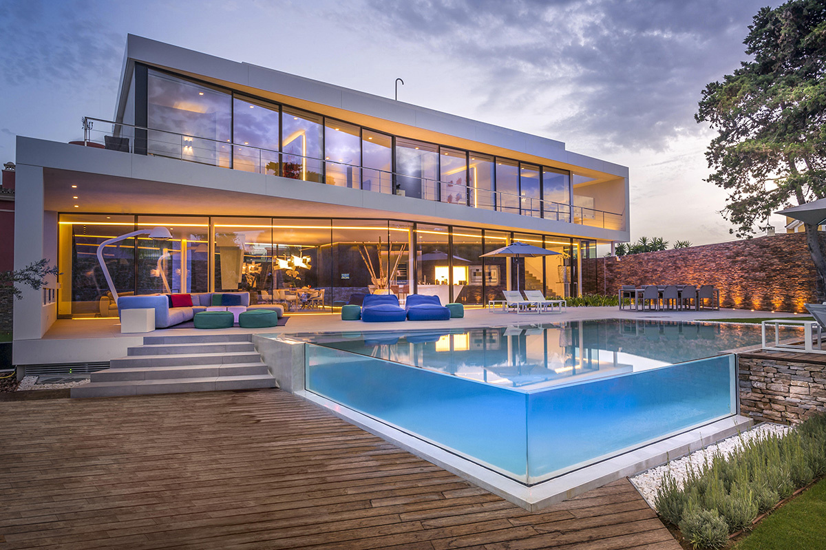Casa moderna a orillas del Mediterráneo con piscina de cristal