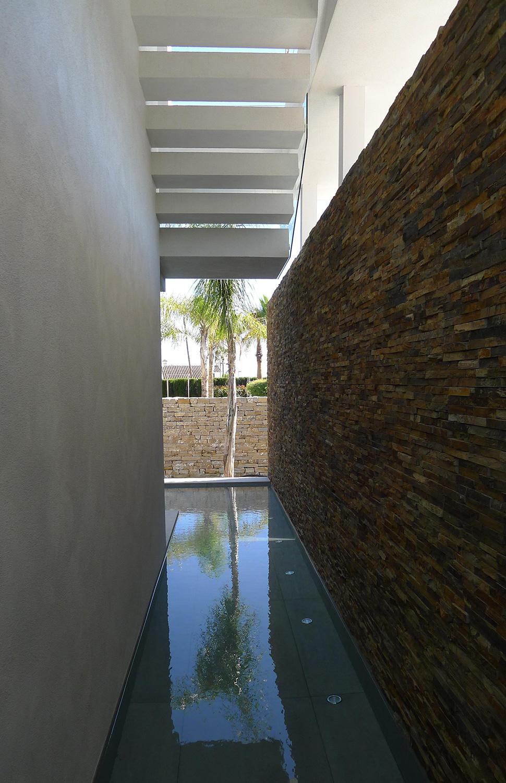 Casa moderna a orillas del Mediterráneo canal en el lateral