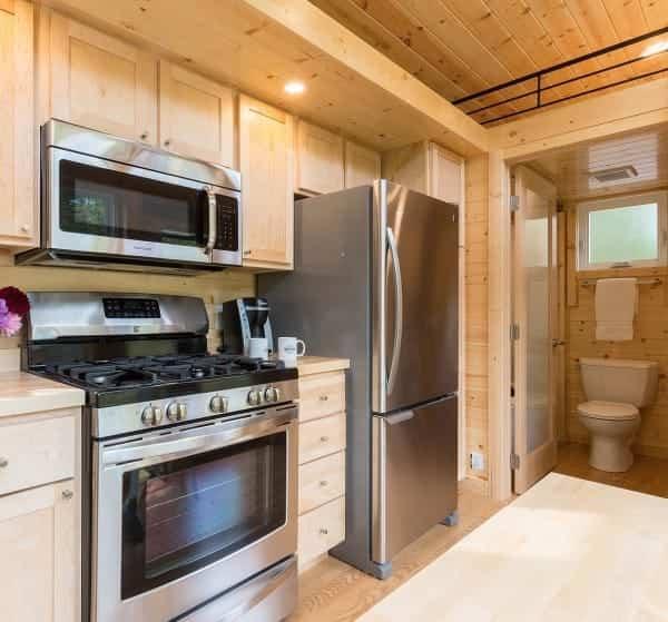 bonita casa sobre ruedas con cocina completamente amueblada
