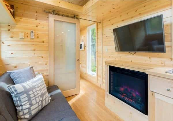 bonita casa sobre ruedas con un salón con chimenea