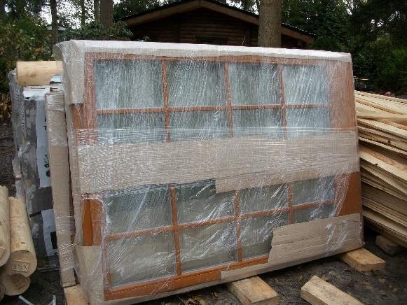 cabaña de madera con puertas y ventanas incluidas