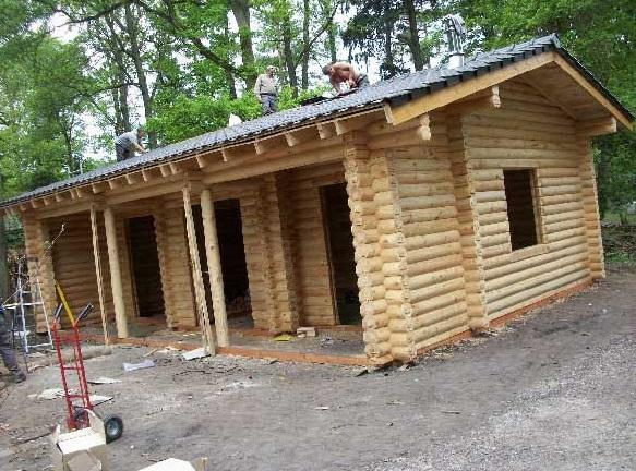 cabaña de madera casi terminada
