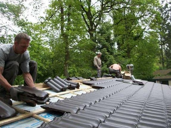 tejando la cabaña de madera