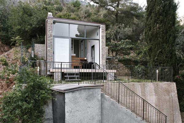 Una peque a casa construida en la ladera de la monta a for Casa en la montana