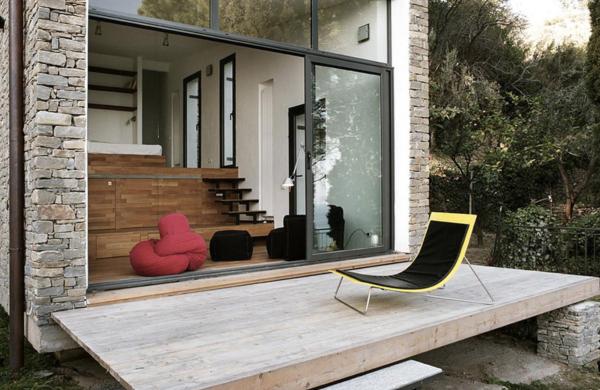 pequeña casa construida en la ladera de la montaña con un diseño muy moderno