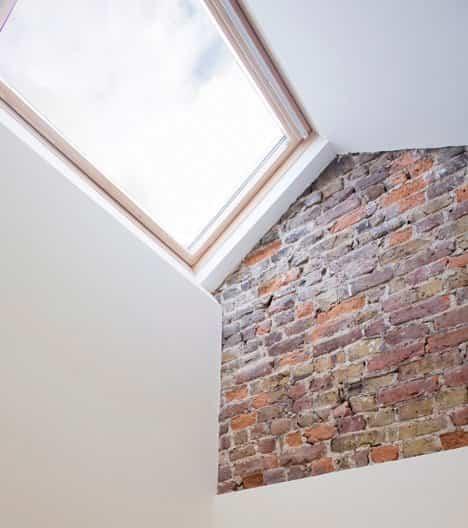 casa delgada en londres con claraboyas en el tejado