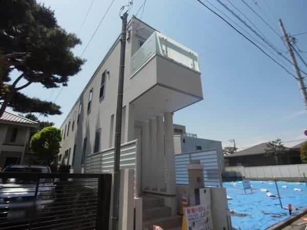 moderna casa japonesa formada por un pasillo largo