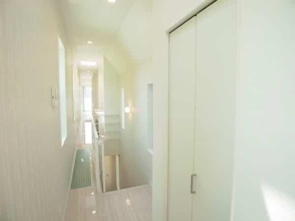 moderna casa japonesa con un espacio muy reducido