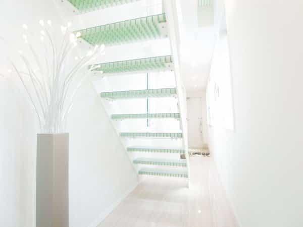 moderna casa japonesa escaleras que dejan pasar la luz