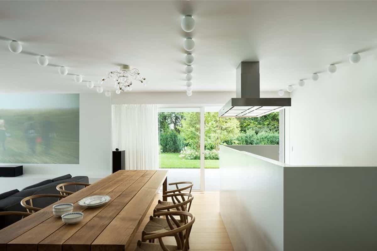 residencia moderna en Montebelluna con mesa reciclada