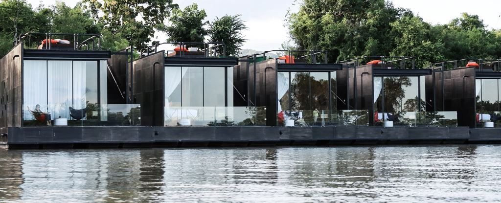 resort flotante sobre el río Kwai
