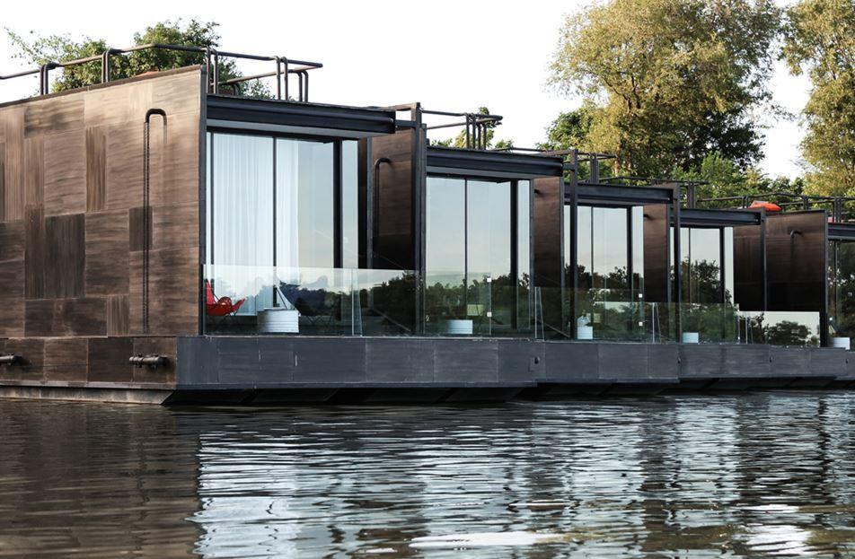 resort flotante sobre el río Kwai - casas similares a las locales