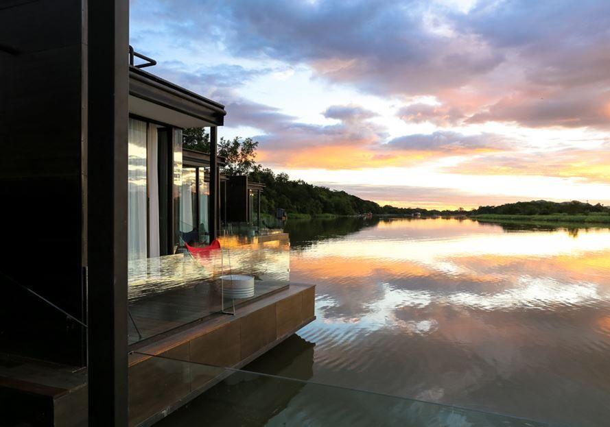 resort flotante sobre el río Kwai - equilibrio con la zona