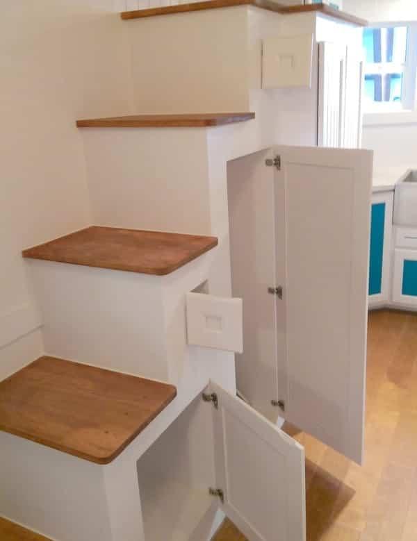 tiny house estilo victoriano con armarios en la escalera
