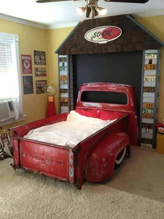 vieja camioneta para decorar la casa - cama infantil