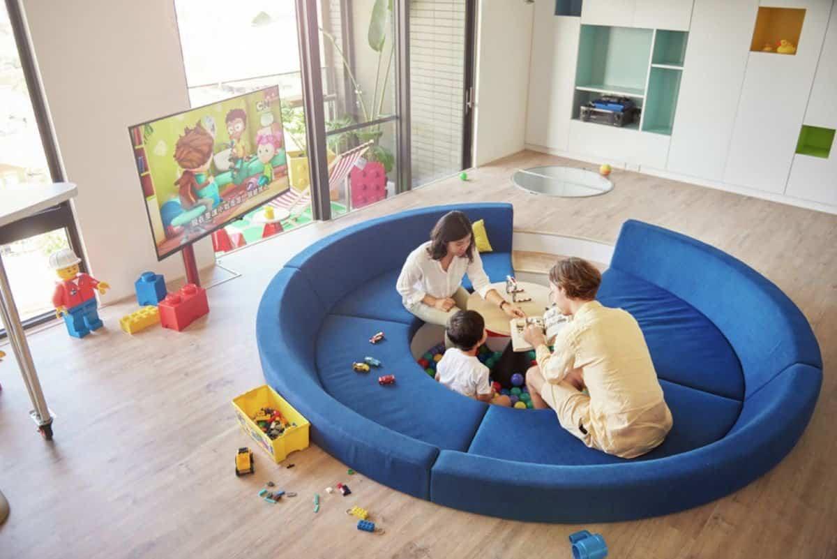 Apartamento inspirado en las piezas de Lego - piscina de bolas