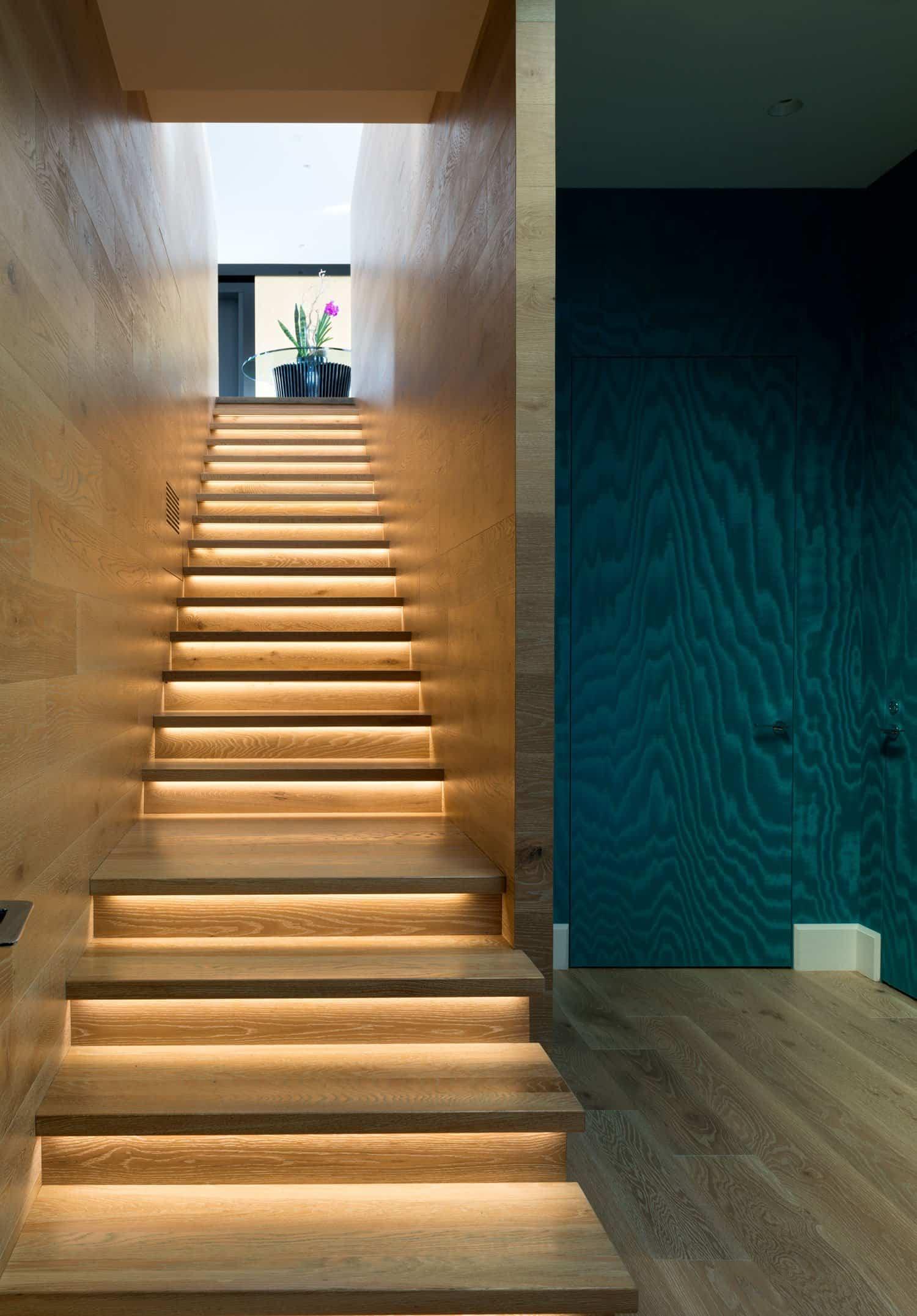 Residencia familiar - dos escaleras para moverse por cada piso