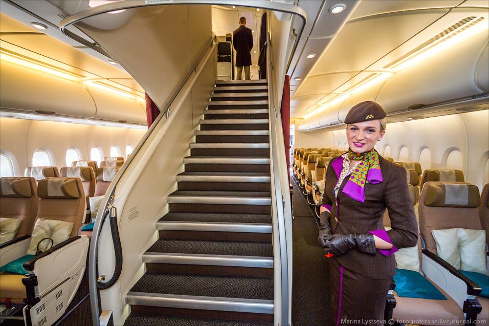 avión más lujoso del mundo - azafatas por todas partes