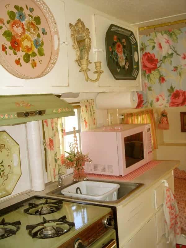 casa con ruedas vintage - microondas rosa