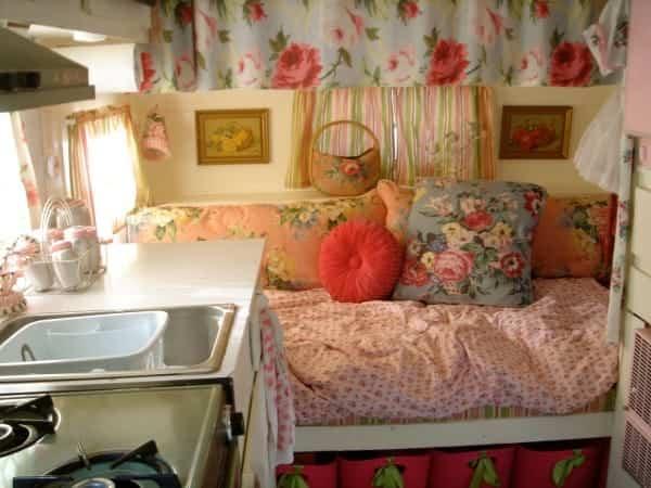 casa con ruedas vintage - cama con toques florales