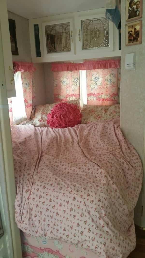 casa con ruedas vintage - cama con cojín rosa