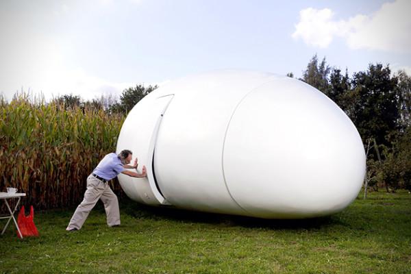 casa pequeña con forma de huevo gigante