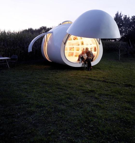casa pequeña con forma de huevo gigante - un porche para disfrutar