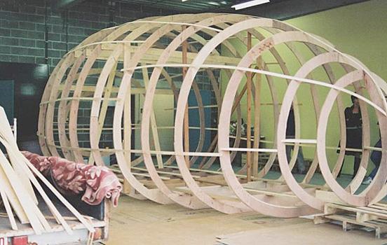 casa pequeña con forma de huevo gigante - armazón de madera