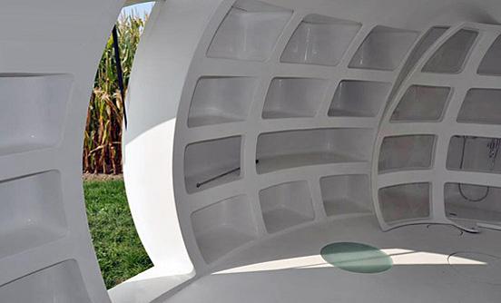 casa pequeña con forma de huevo gigante - habitáculos en las paredes