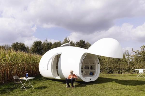 casa pequeña con forma de huevo gigante - parte delantera se abre