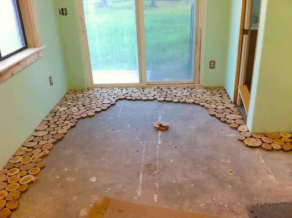 suelo con discos de madera - cortar los discos de madera
