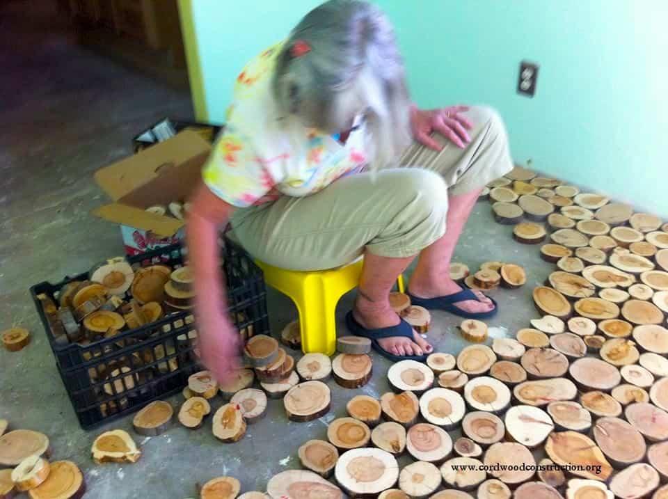 suelo con discos de madera - colocar los discos uno a uno